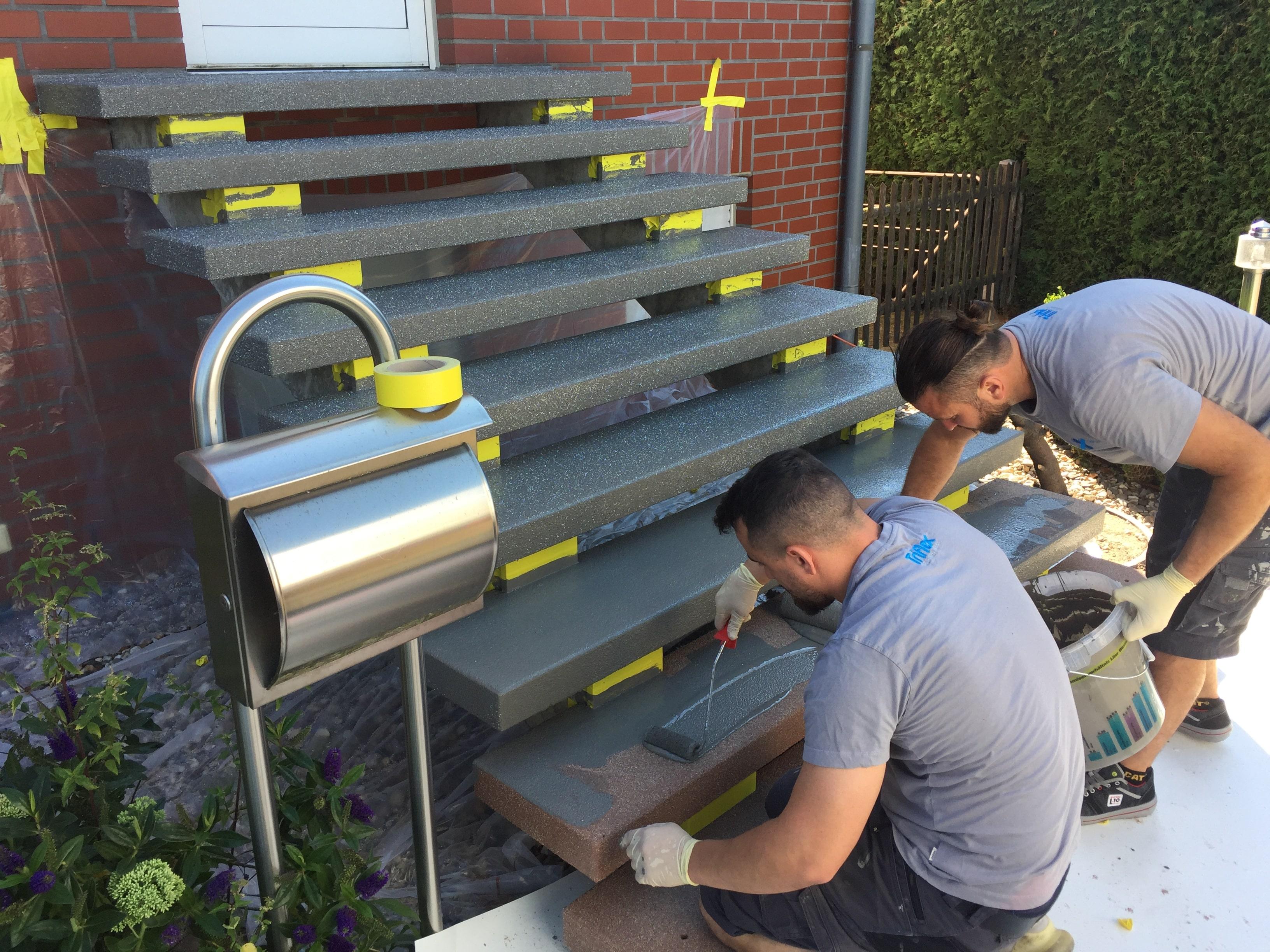 Treppenbeschichtung mit Quarzsandeinstreuung für erhöhte Rutschfestigkeit